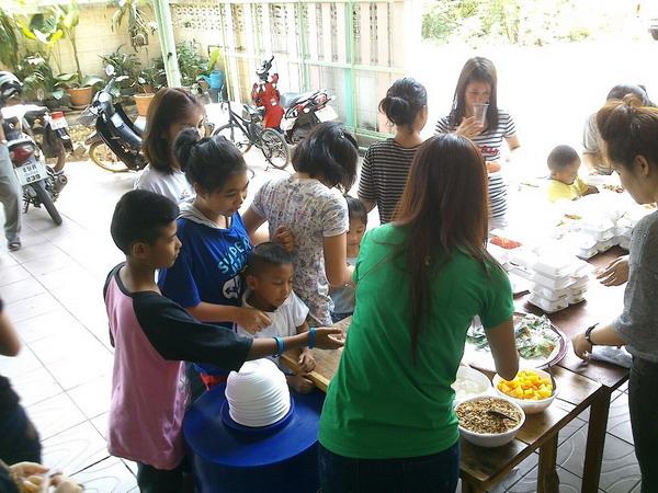 การทำบุญก่อน วันหวยออก เลี้ยงอาหารเด็กยากไร้